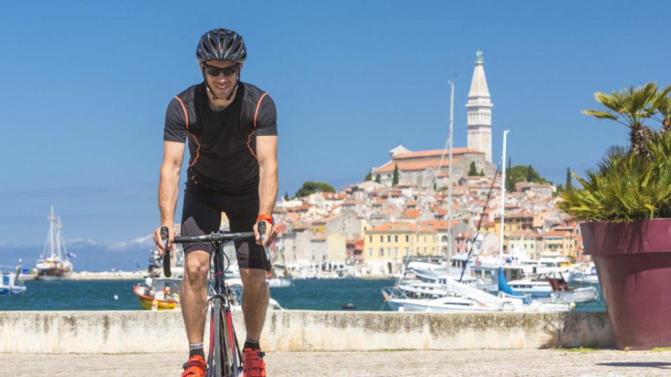 Kroatien, Istrien, Rovinj, Mann mit Rennrad